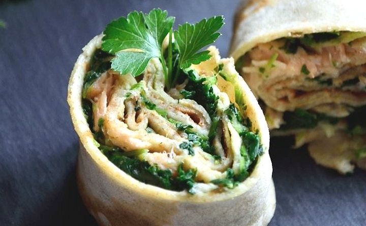 Whole-grain pancakes with salmon and spinach